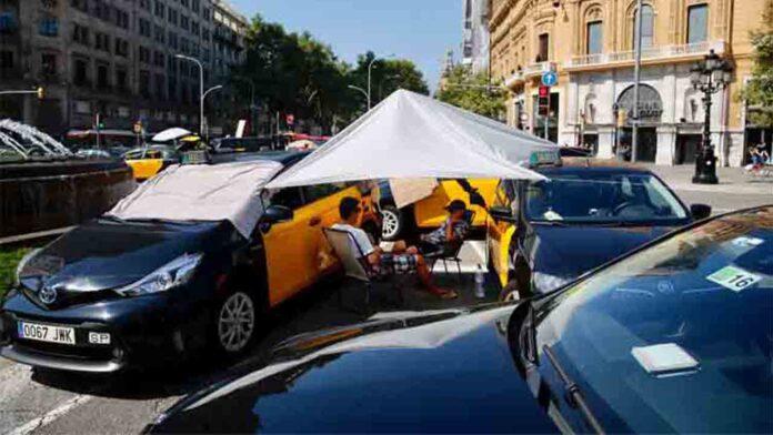 Los taxistas pasan la tercera noche durmiendo en la calle
