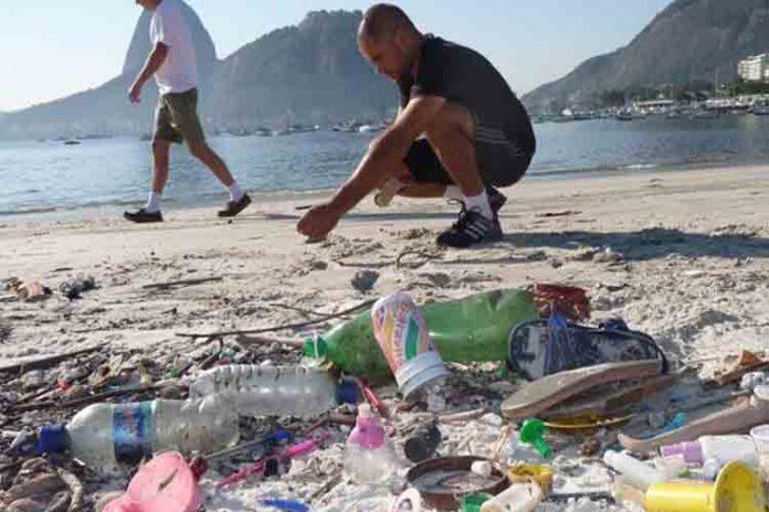 Voluntarios de Greenpeace retiran microesferas en La Pineda