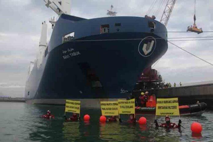 Un barco saudí con armamento abandona el puerto de Santander