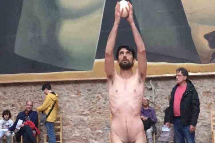 Un hombre desnudo actúa en la tumba de Dalí