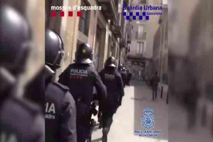 Macrooperación en el Raval de Barcelona contra una red de lateros traficantes
