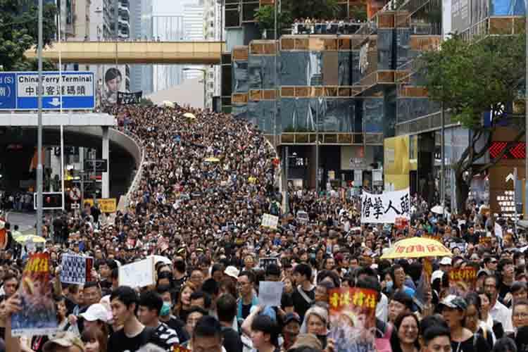 Tensión en Hong Kong en la manifestación nocturna