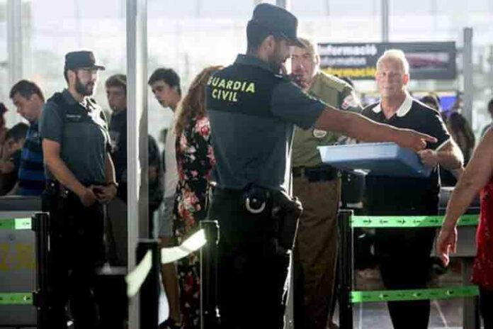 Un policía nacional saca a Albert Rivera de un control de drogas