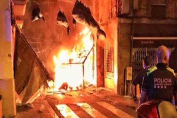 Arde un adorno de la calle de la Libertad de las fiestas de Gràcia
