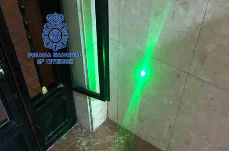 Detenido un joven de 16 años por apuntar con un laser a tres aviones
