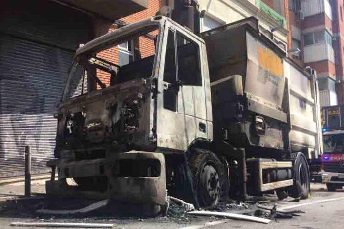 Explota un camión de la basura en Horta-Guinardó