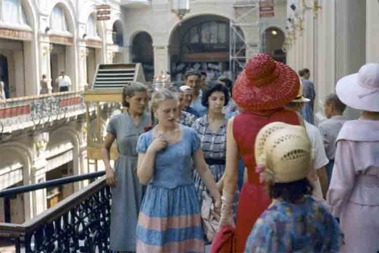 Las modelos Dior en las calles del Moscú soviético en 1959