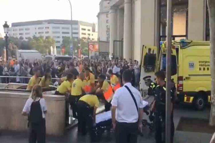 Apuñalan en el cuello a un menor en Plaza de Catalunya de Barcelona