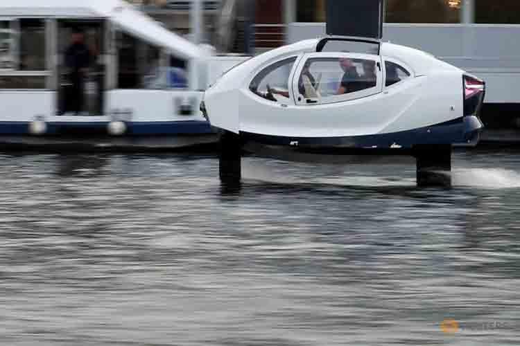 Pruebas de vanguardia con una barco eléctrico en el río Sena