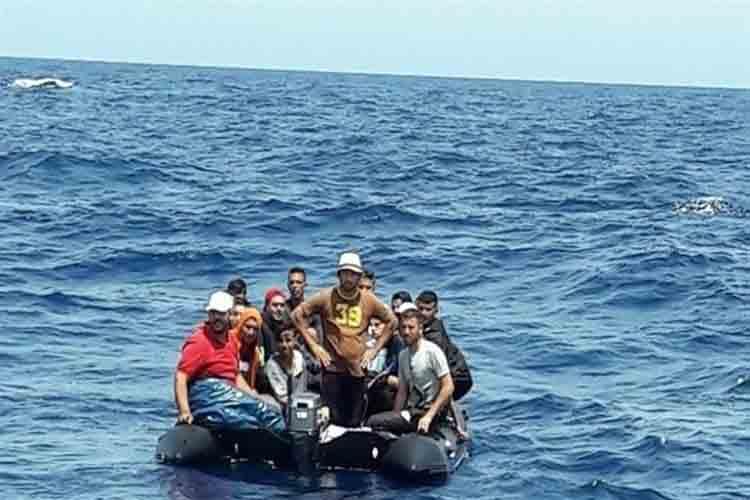 Un barco francés rescata a 18 inmigrantes de una patera en Cabrera
