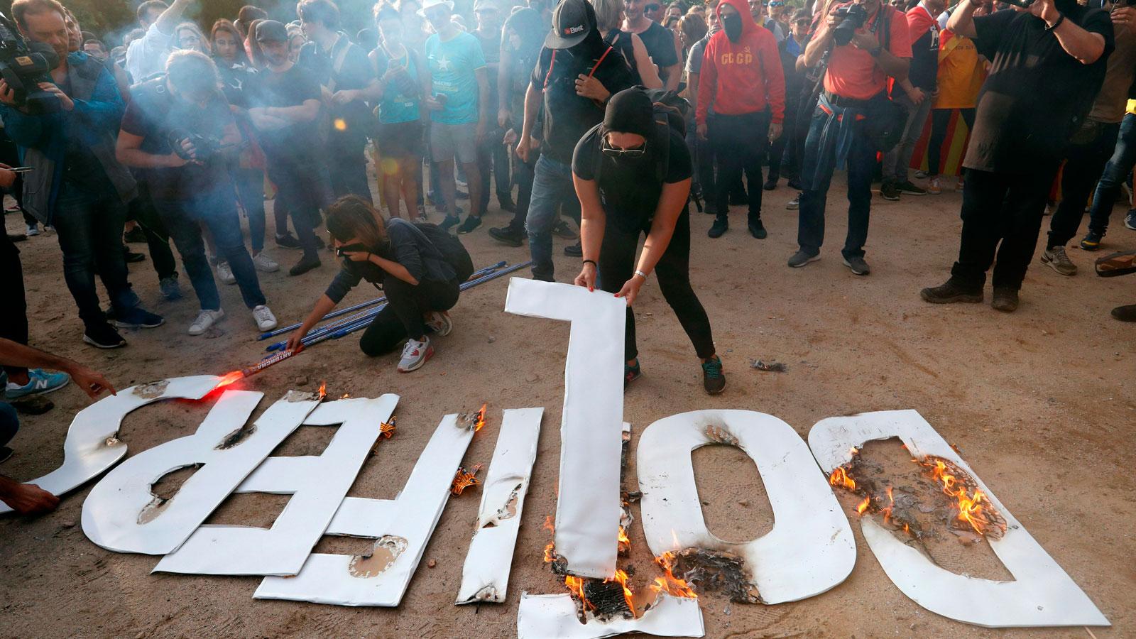 Tensión a las puertas del Parlament entre manifestantes y mossos