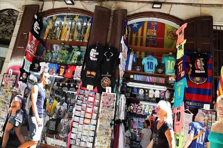 30 tiendas de Barcelona expedientadas por irregularidades en la venta de souvenirs