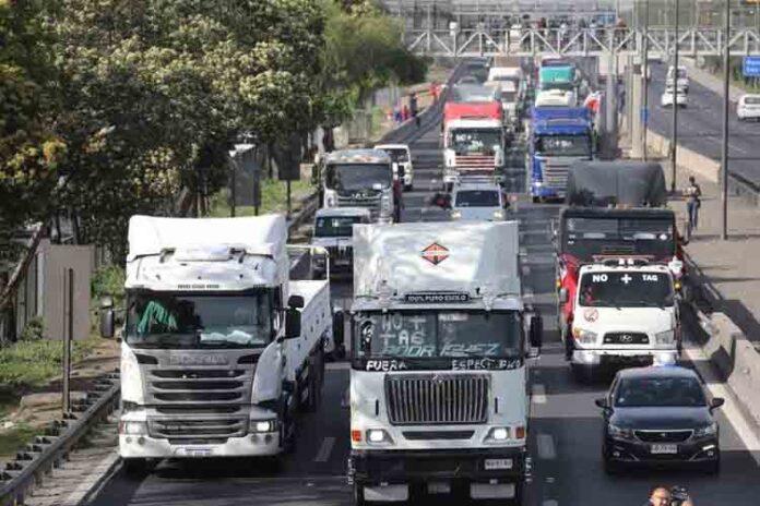 Camioneros y automovilistas se movilizan en Chile contra el precio de los peajes