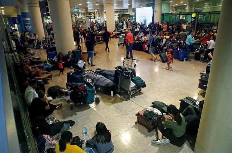 Cientos de personas pasan la noche en el aeropuerto de Barcelona por las cancelaciones