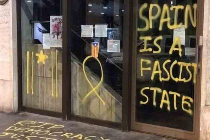 Detienen a un joven en Andorra por hacer pintadas en la embajada española