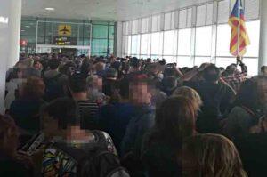 Duros enfrentamiento en la Terminal 1 entre manifestantes y policía.