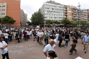 Grupos de estudiantes se dirigen hacia la plaza de Catalunya