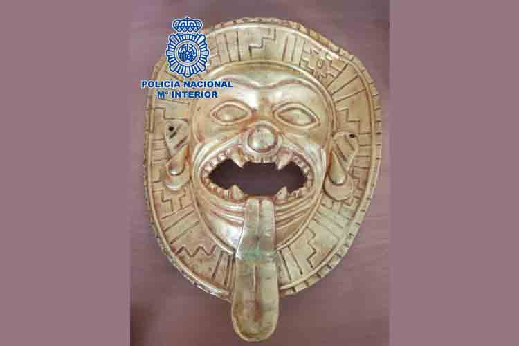 La policía recupera una máscara de oro de Tumaco expoliada en Colombia