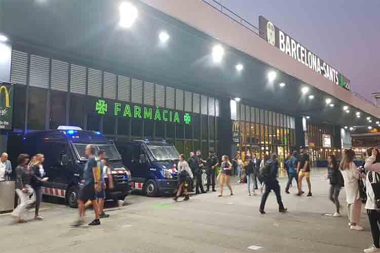 Los Mossos cierran los acessos al metro desde la estación de Sants