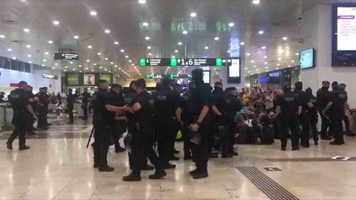 Los Mossos desalojan a los activistas de Picnic de la estación de Sants