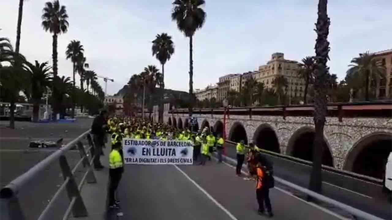 Los estibadores del puerto de Barcelona se suman a la huelga