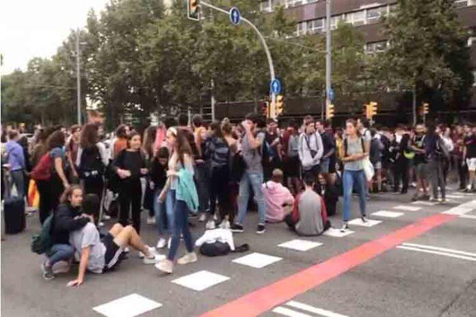 Los estudiantes cortan la Avenida Diagonal de Barcelona