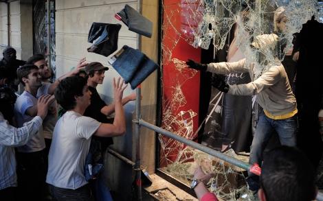 Los violentos comienzan a saquear las tiendas de Barcelona