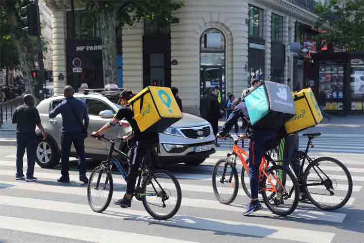 Sánchez propone regular a los riders en el Estatuto de los Trabajadores