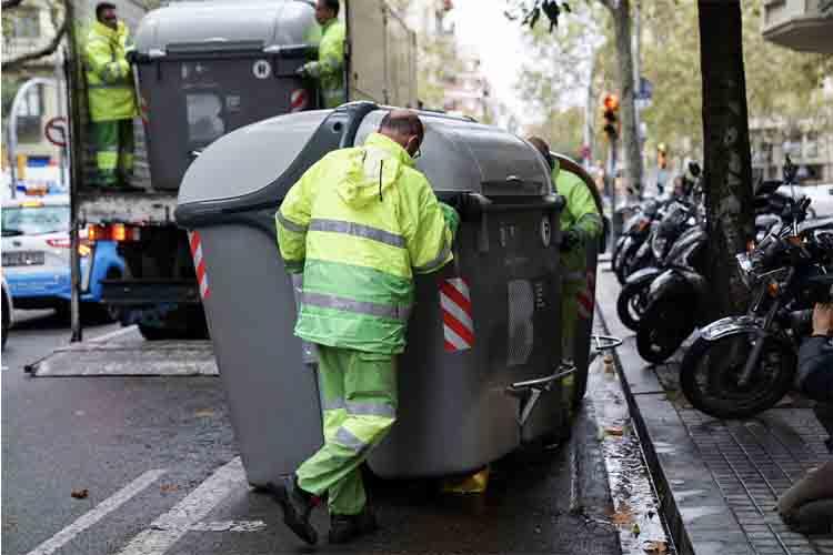 Barcelona comienza a reponer los contenedores de recogida de Basuras
