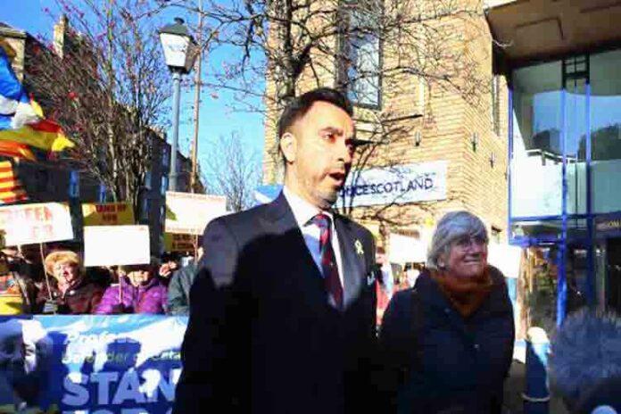 Clara Ponsati se entrega a la policía de Edimburgo para su extradición