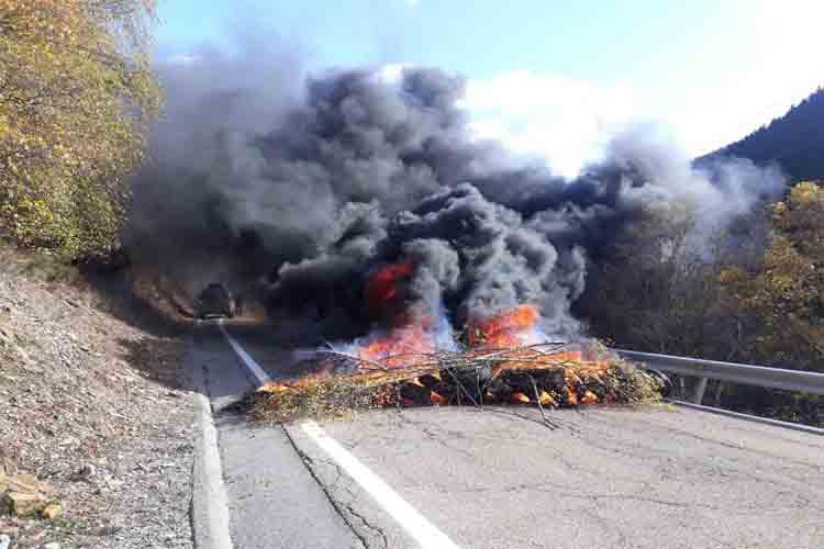 Disturbios, barricadas, cacheos e incendios en Girona