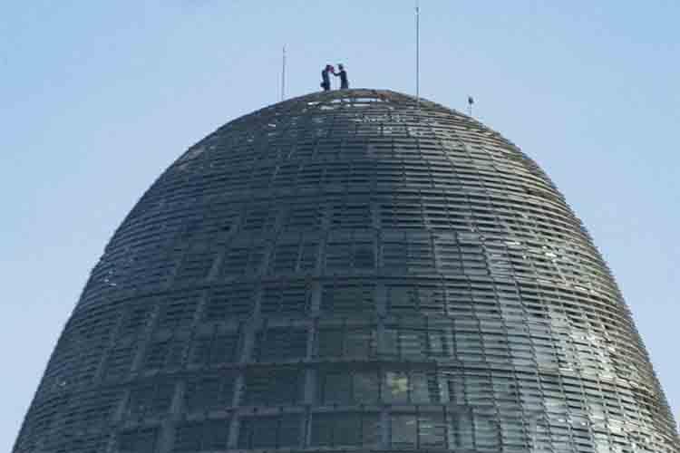 Dos hombres escalan la Torre Glòries de Barcelona para hacerse una foto