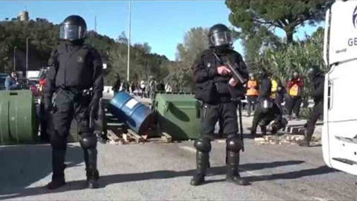 Los Mossos empiezan a desalojar la AP7, después de una larga noche