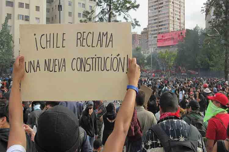 Los chilenos exigen un cambio de la constitución en medio de los disturbios