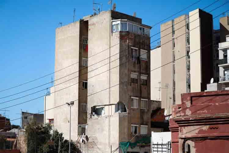 Pendientes del viento para derribar el edificio de Badalona