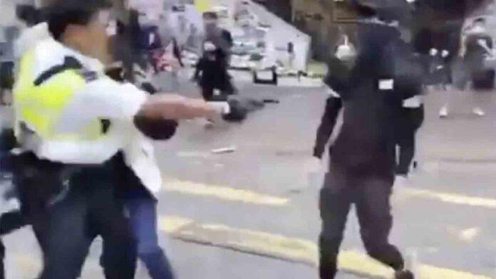 Un policía dispara a quemarropa a un manifestante en Hong Kong