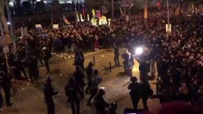Cargas policiales en el exterior del Camp Nou mientras se juega el clásico