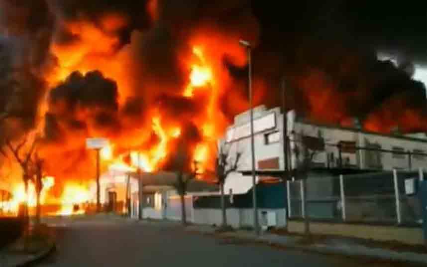 Los bomberos dan por apagado el incendio de la nave de Montornès del Vallès