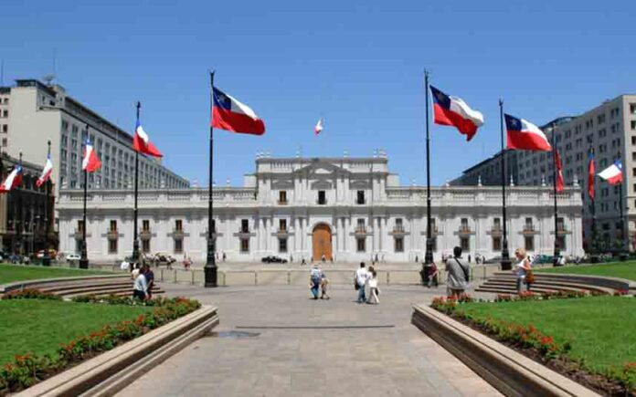 Sebastián Piñera firma la ley para un referéndum constitucional en Chile