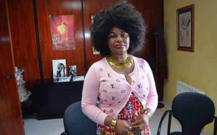 La policía detiene a una mujer nigeriana por suplantación de identidad