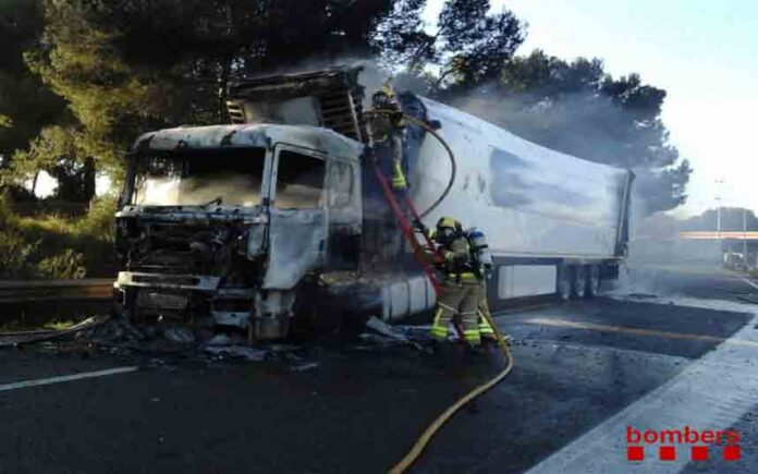 Levantado el confinamiento en Banyeres del Penedès provocado por el incendio de un camión