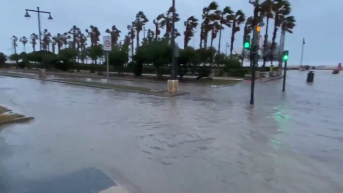 Cerrado el puerto de Valencia y varias carreteras cortadas por el temporal