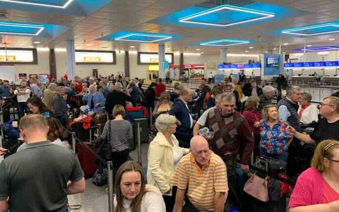 El aeropuerto de Gatwick en Londres cancela casi todos sus vuelos por el temporal Ciara