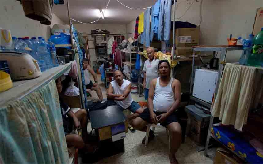 """El COVID-19 convierte el campamento de migrantes más grande de Qatar en una """"prisión virtual"""""""