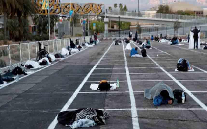 En Las Vegas hacen dormir a los sin techo en un aparcamiento al aire libre