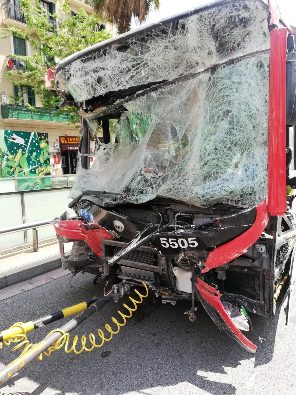Accidente mortal entre un autobús y un turismo en el barrio de Poblenou