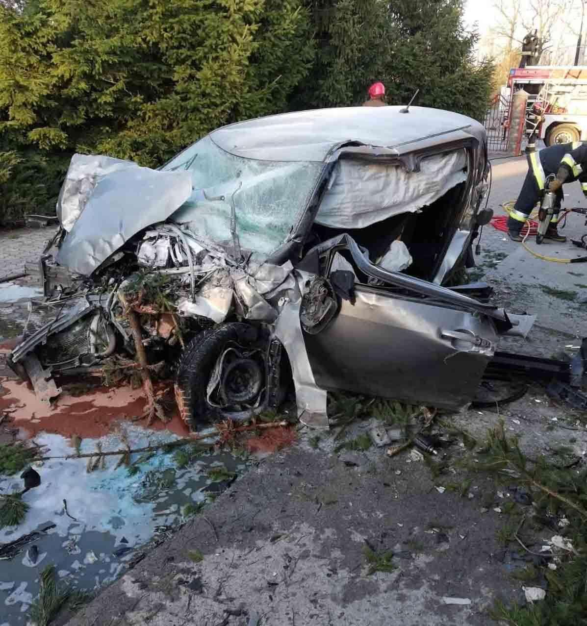 Espectacular accidente en una rotonda el coche sale volando 1
