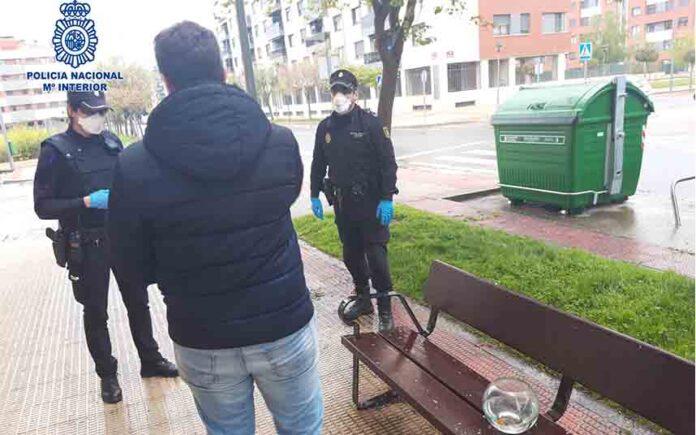 La policía sanciona a un hombre por sacar a