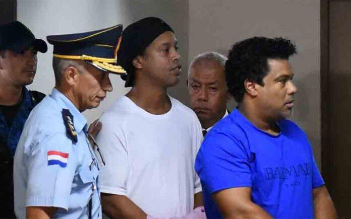 Ronaldinho sale de la prisión de Paraguay para cumplir arresto domiciliario