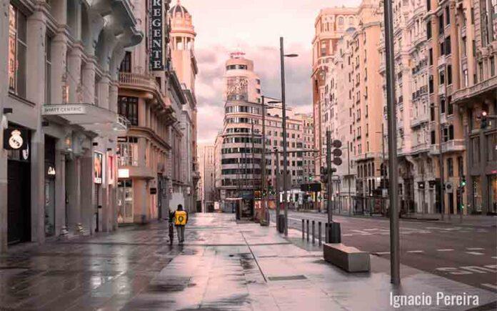 ESCORIA: Vox manipula una foto de la Gran Vía y coloca féretros falsos